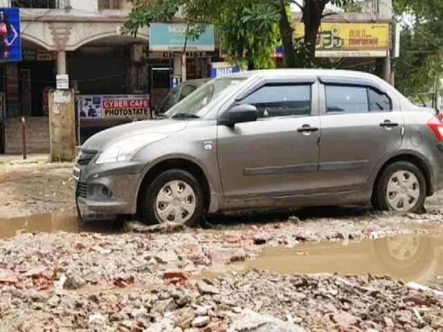 Videos : यूपी की सड़कों का सच, तलाब बने सड़कों के गड्ढे