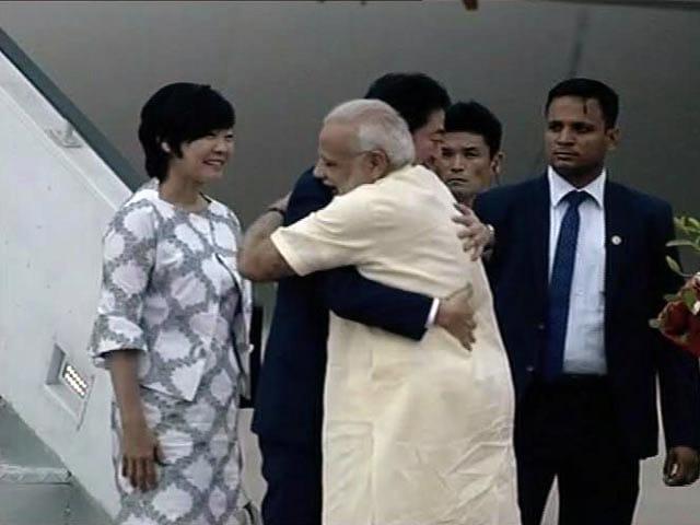 Video : अहमदाबाद पहुंचे शिंजो आबे, एयरपोर्ट पर पीएम मोदी ने गर्मजोशी से किया स्वागत