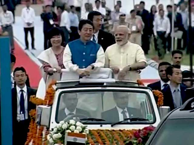 Videos : पीएम मोदी और जापान के पीएम शिंजो आबे ने किया अहमदाबाद मे रोड शो