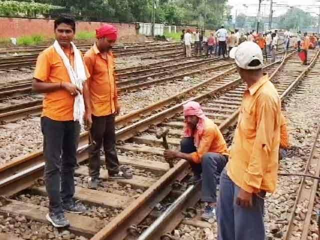 Video : नई दिल्ली रेलवे स्टेशन पर जम्मू राजधानी का कोच पटरी से उतरा