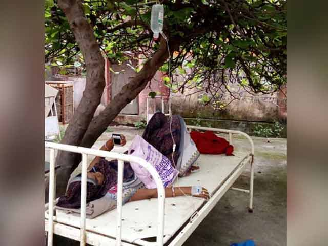 Video : No Space Inside, Madhya Pradesh Hospital Treats Pregnant Woman Under Tree