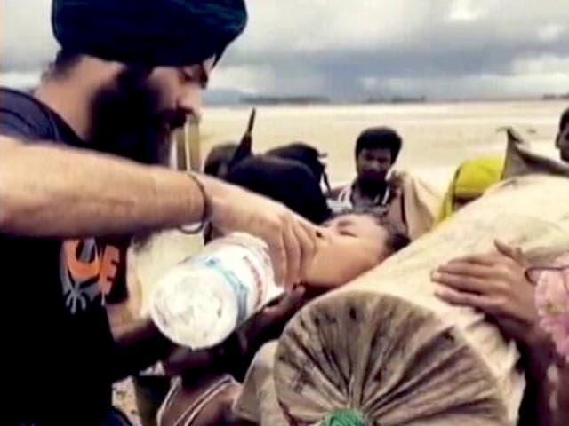 Videos : रोहिंग्या शरणार्थियों की मदद को बांग्लादेश बॉर्डर पर पहुंचा यूके का NGO 'खालसा एड'