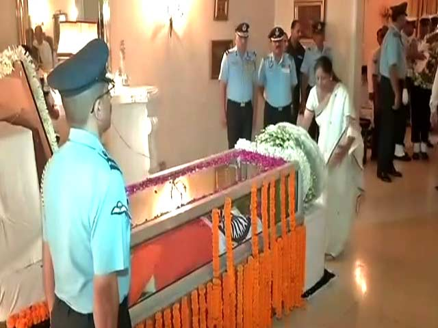 Video : President, Nirmala Sitharaman Pay Homage To Arjan Singh At His Residence