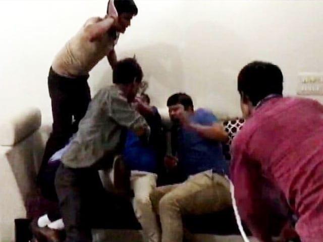 Video : दिल्ली: 'स्पेशल 26' की तर्ज पर डाली इनकम टैक्स की रेड, हो गई जमकर पिटाई