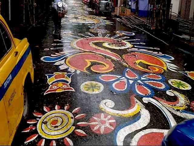 Video : कोलकाता के लेक रोड में पूरी सड़क पर बनाई गई रंगोली