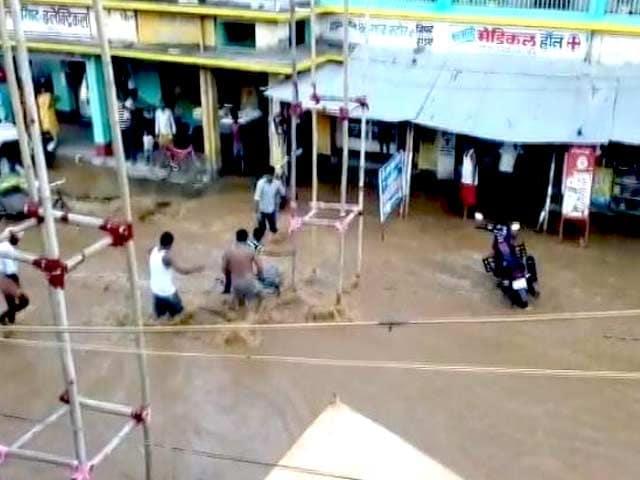 Videos : बिहार : कहलगांव में सीएम नीतीश के उद्घाटन करने से पहले ही टूटा बांध, कई इलाकों में भरा पानी