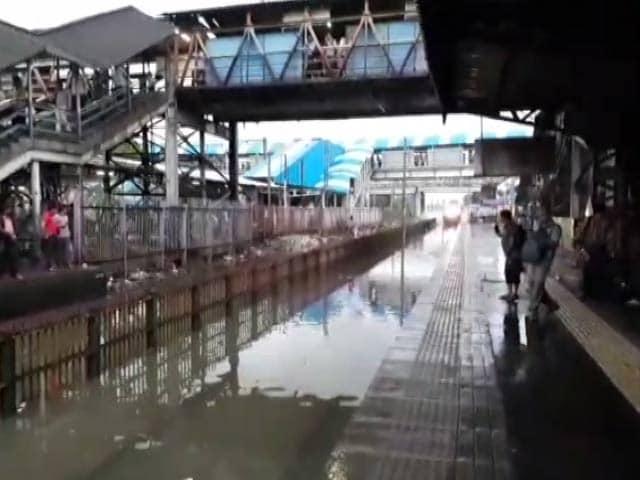 Video : मुंबई में पटरियों पर जमा पानी को चीरती हुई निकली ट्रेन