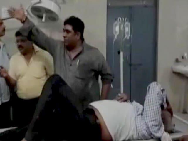 Videos : विधायक ने दिखाई इंसानियत, सड़क हादसे में घायल लोगों को अस्पताल पहुंचाया
