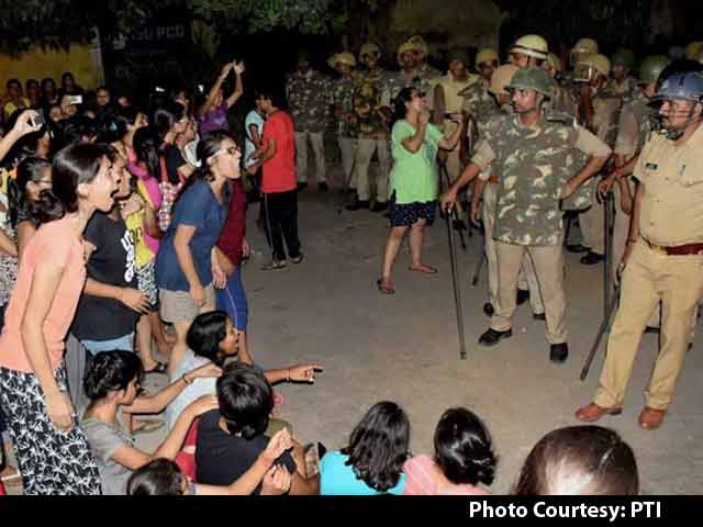 Video : After Police Beat Girls At BHU, Probe Ordered, Colleges Closed
