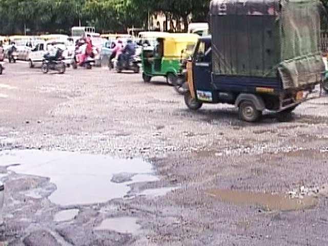 Videos : बेंगलुरु की सड़कों पर गड्ढों ने बढ़ाई परेशानी