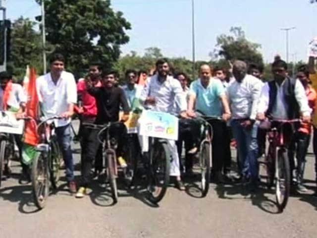 Video : जयपुर और भोपाल में पेट्रोल की बढ़ती क़ीमतों के ख़िलाफ़ प्रदर्शन