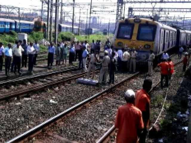 Videos : मुंबई में लोकल ट्रेन की एक बोगी पटरी से उतरी