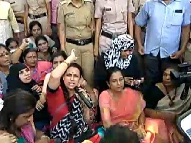Videos : मुंबई में एलफिन्सटन रेलवे पुल पर हुई भगदड़ : एनसीपी की महिला कार्यकर्ताओं का प्रदर्शन