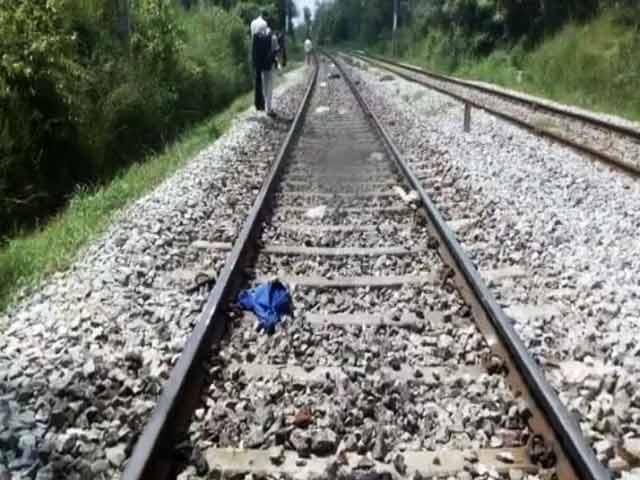 Videos : रेलवे ट्रैक पर सेल्फी लेते तीन लड़कों को ट्रेन ने रौंदा