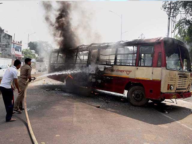 Videos : इलाहाबाद में बीएसपी नेता की हत्या के बाद आगजनी और तोड़फोड़