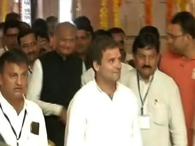 Video : हिंदू वोटरों को साधने में जुटे राहुल? अमेठी में दुर्गा पंडाल में टेका माथा..