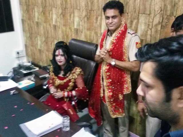 Videos : राधे मां के आगे दिल्ली पुलिस हुई नतमस्तक, दारोगा ने अपनी कुर्सी पर बैठाया