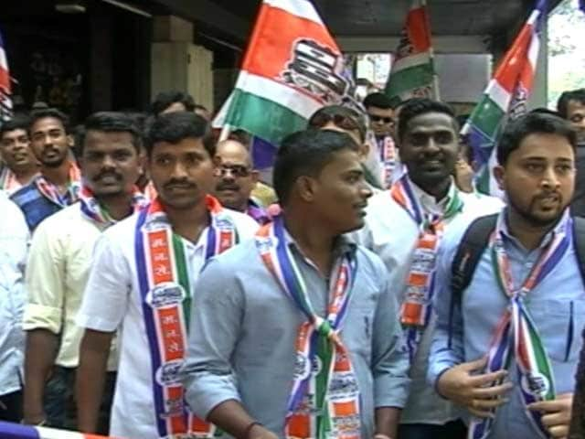Video : मुंबई भगदड़ : राज ठाकरे की पार्टी महाराष्ट्र नव निर्माण सेना का प्रदर्शन