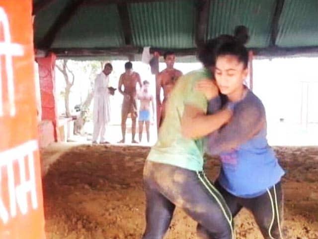 Video : वाराणसी में 450 साल पुराने अखाड़े की परम्परा बदली, अब लड़कियां भी सीख रही हैं कुश्ती