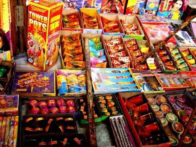 Video : सुप्रीम कोर्ट के आदेश के बाद दिल्ली के पटाखा दुकानों पर लगा ताला