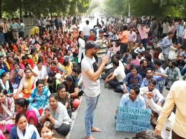 Videos : गेस्ट टीचरों का एलजी हाउस के सामने प्रदर्शन