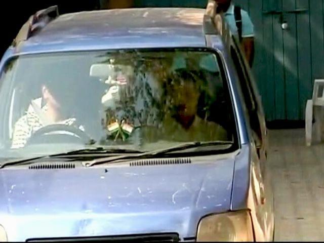 Video : दिल्ली के सीएम केजरीवाल की नीले रंग वाली वैगनआर कार चोरी