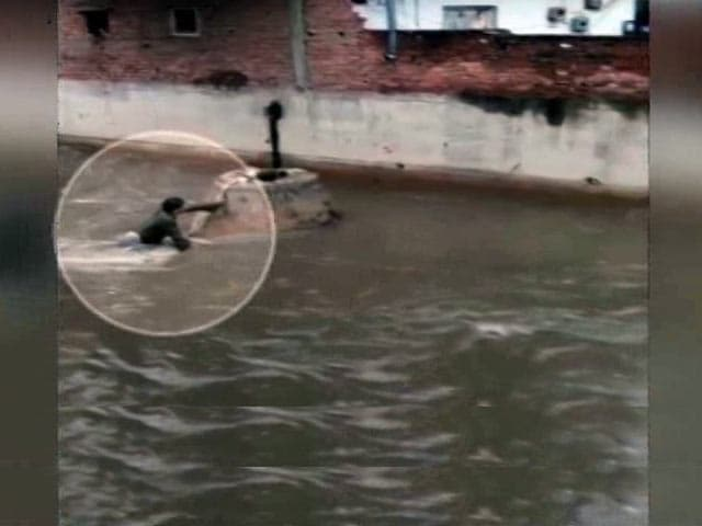 Video : हैदराबाद : नाले में गिरे शख्स का अब तक नहीं चल पाया कोई पता