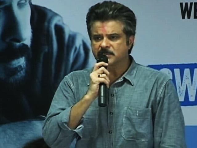 Video : मुंबई के चेंबूर की गलियों में डस्टबिन लेकर निकले अनिल कपूर