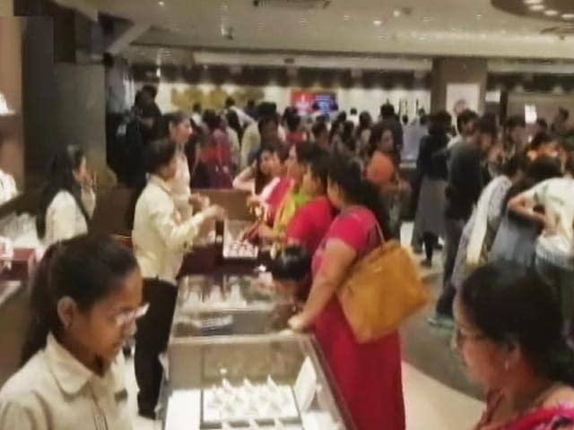 Video : अहमदाबाद में सोने-चांदी के गहनों की दुकानों में धनतेरस के मौक़े पर रौनक लौटी