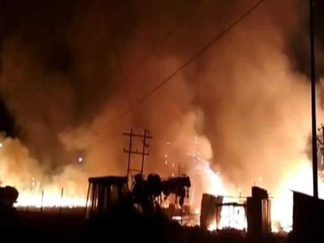 Videos : पटाखों की दुकान पर शॉर्ट सर्किट से लगी आग