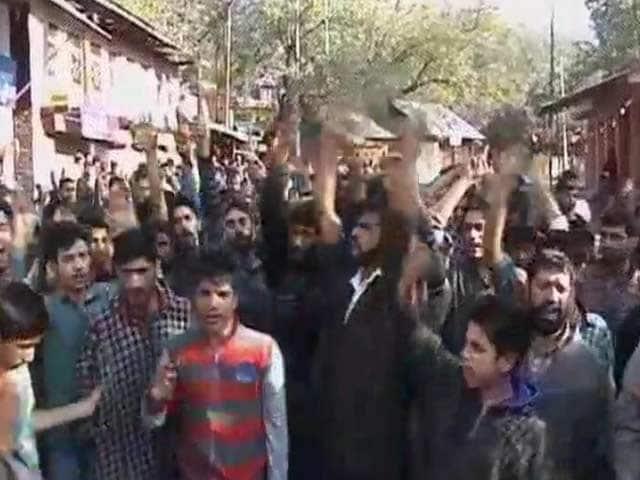 Videos : चोटी काटे जाने की घटना का विरोध कर रहे लोगों किया पथराव, सुरक्षा बलों की फायरिंग में 4 घायल