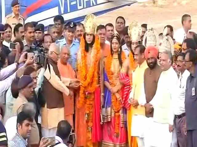 Video : Yogi Adityanath Garlands 'Ram, Lakshman' In Ayodhya