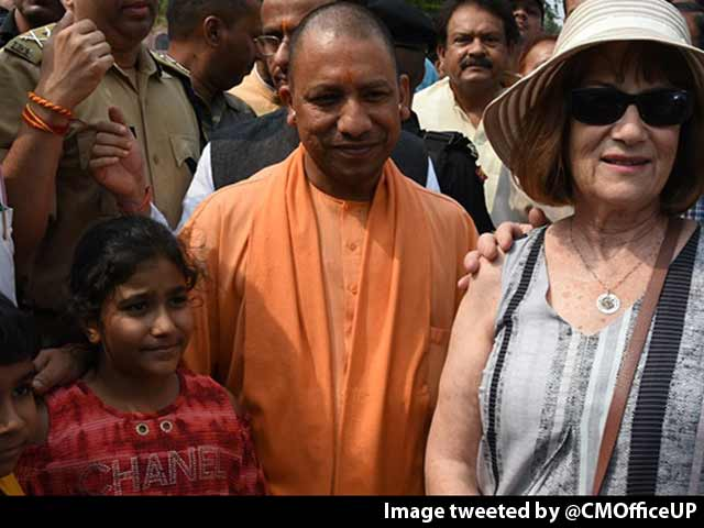 Video : Yogi Adityanath Visits Taj, Stops At Shah Jahan's Grave