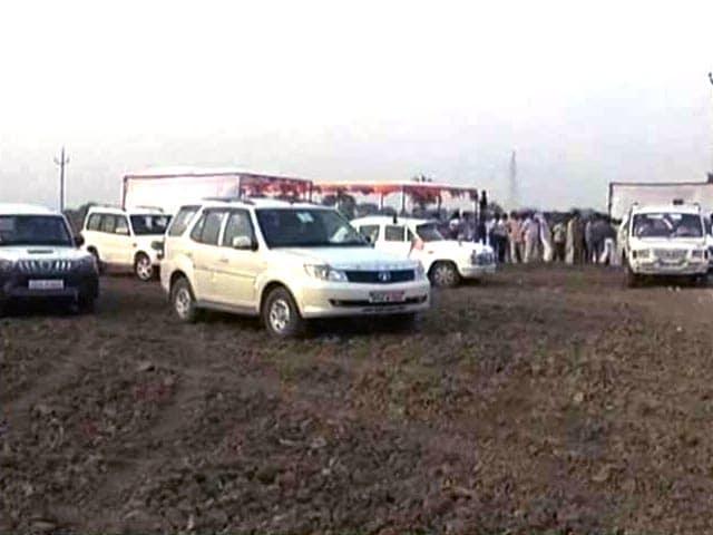 Videos : उत्तर प्रदेश : मंत्री जी के काफिले ने रौंद डाली किसान की फसल