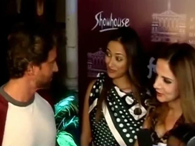 Video : मुंबई में प्ले के स्पेशल प्रिव्यू में साथ पहुंचे ऋतिक और सुजैन