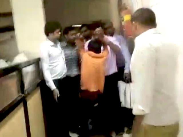 Video : चोरी के आरोप में बच्चे की बेरहमी से पिटाई