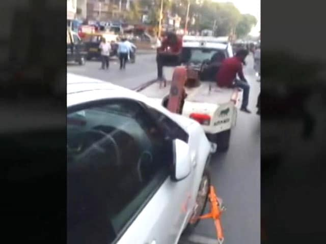 Video : Mumbai Police Tow Car With Woman Breastfeeding Her Baby Still Inside