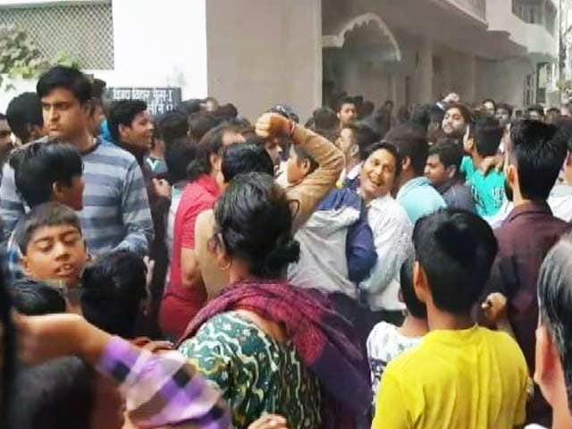 Video : दिल्ली के एक आध्यात्मिक विश्वविद्यालय में हुआ जमकर हंगामा