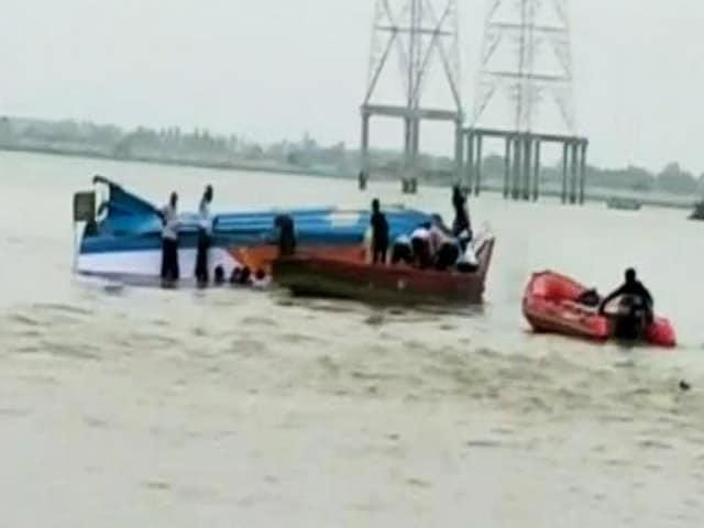 Video : आंध्रप्रदेश की कृष्णा नदी में पलटी नाव, 34 लोग थे सवार