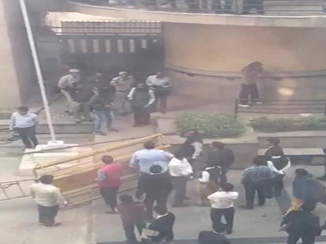 Video : दिल्ली के रोहिणी कोर्ट में फायरिंग, एक शख्स की मौत