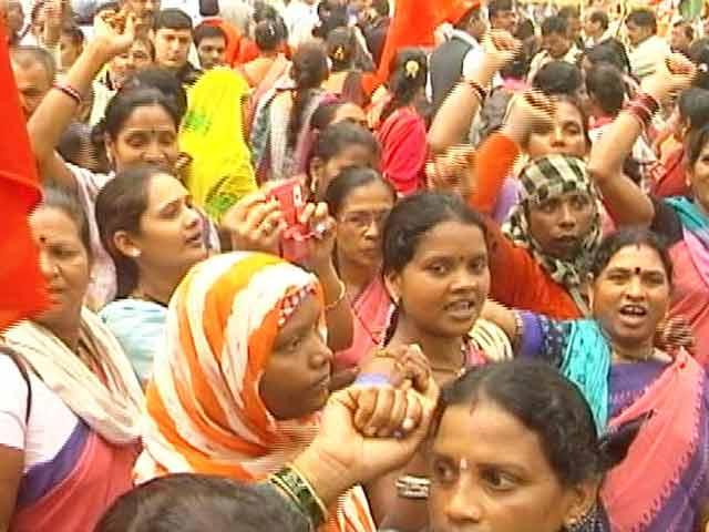 Videos : आंगनबाड़ी और आशा कार्यकर्ताओं का संसद के सामने जोरदार प्रदर्शन