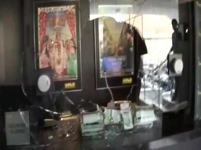 Video : Rajput Protesters Vandalise Movie Hall Screening <i>Padmavati</i> Trailer