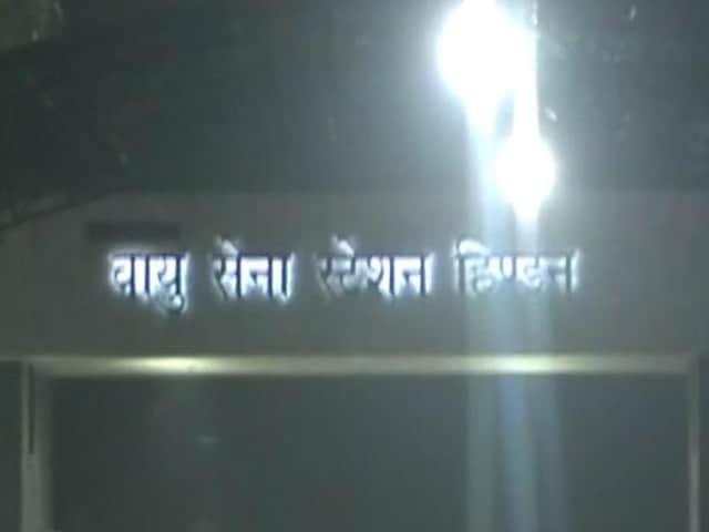Video : हिंडन एयरबेस में घुसा संंदिग्ध, सुरक्षाबलों ने मारी गोली