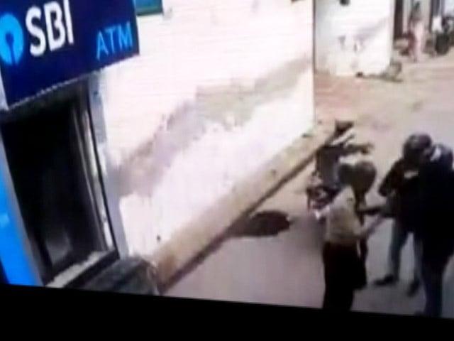 Videos : दिल्ली में एटीएम लूटने के लिए बदमाशों ने गार्ड को मारी गोली