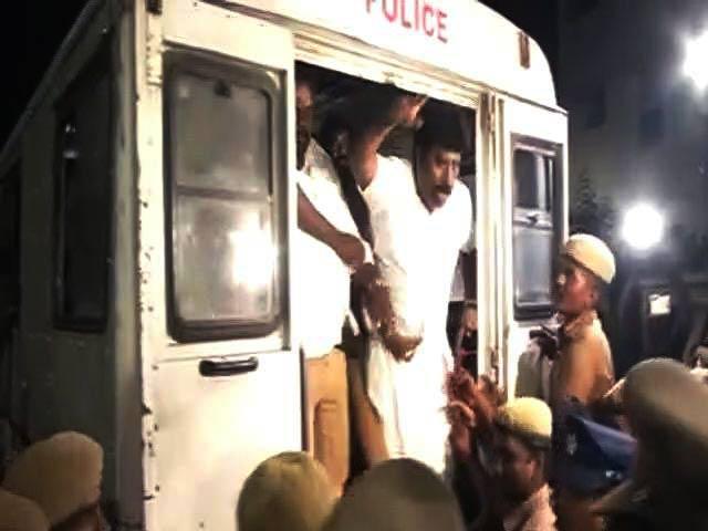 Videos : जयललिता के आवास पोइस गार्डन पर आईटी का छापा