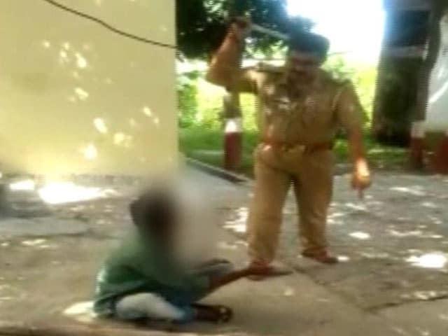 Videos : यूपी के महाराजगंज में पुलिस की हैवानियत, थाने में नाबालिग को किया टॉर्चर