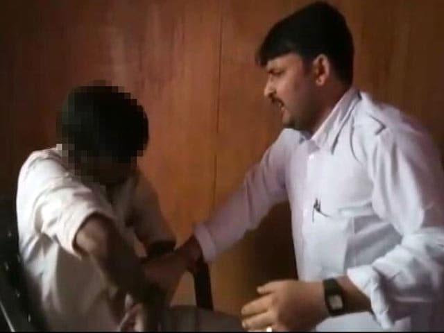 Videos : कर्ज ना चुकाने पर साहूकार ने दलित को बेरहमी से पीटा