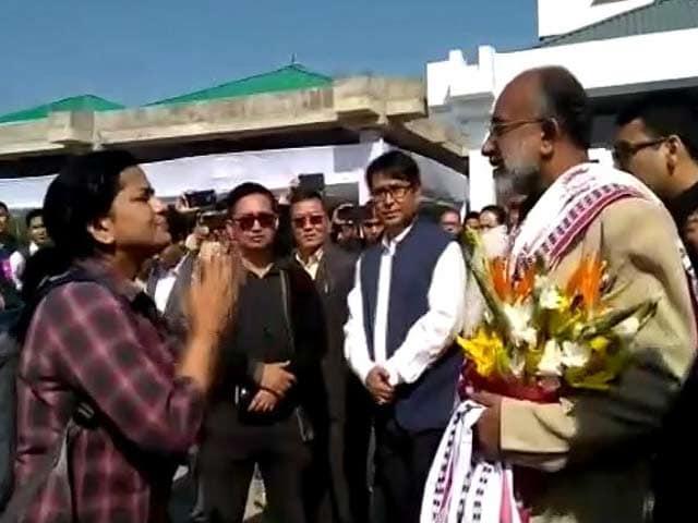 Videos : उड़ान में देरी से मंत्री पर भड़की डॉक्टर