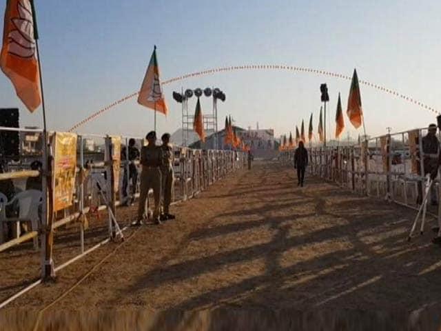 Videos : गुजरात के रण में पीएम मोदी
