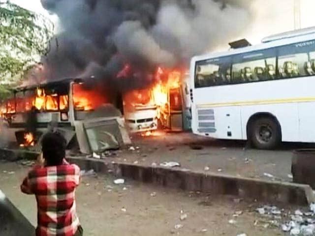 Video : दिल्ली: तिमारपुर थाने के पास 6 बसों में लगी आग